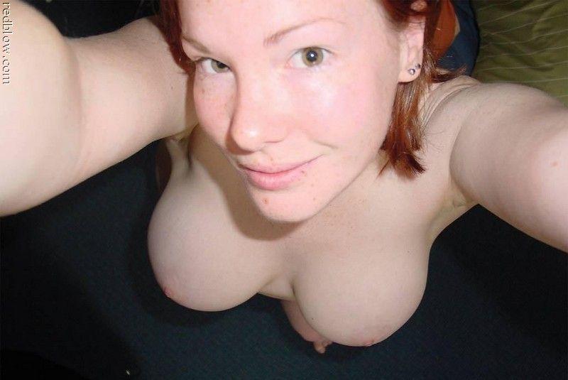 Junge Frau mit schönen Brüsten live beim Telefonsex